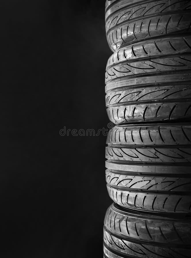 Автошины автомобиля изолированные на черноте стоковые изображения