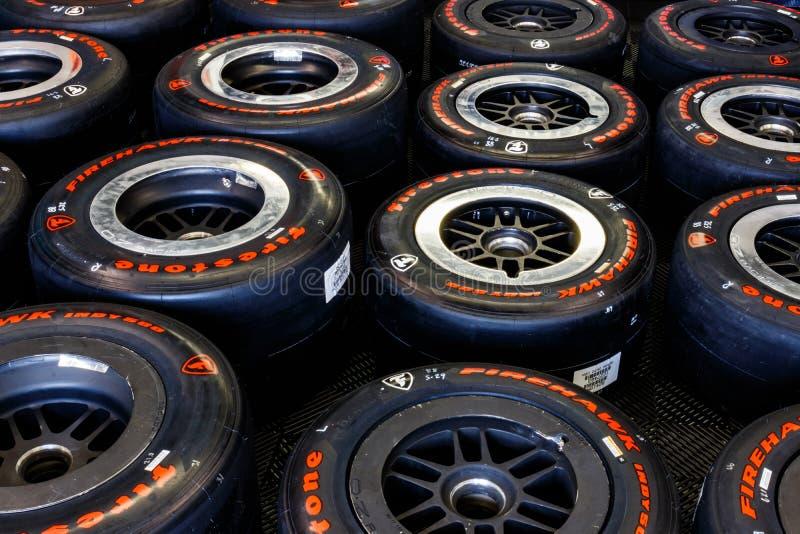 Автошины Firehawk Firestone подготовленные для участвовать в гонке Автошины Firestone исключительная автошина IndyCar i стоковые фотографии rf