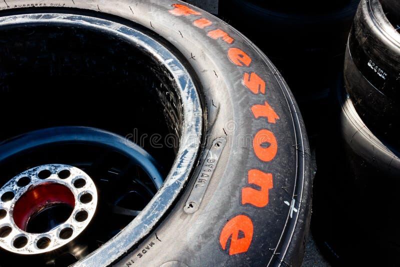 Автошины Firehawk Firestone подготовленные для участвовать в гонке Автошины Firestone исключительная автошина IndyCar II стоковое фото