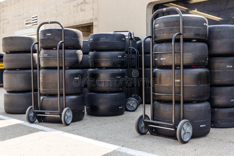 Автошины Firehawk Firestone подготовленные для участвовать в гонке Автошины Firestone исключительная автошина IndyCar IV стоковые изображения rf
