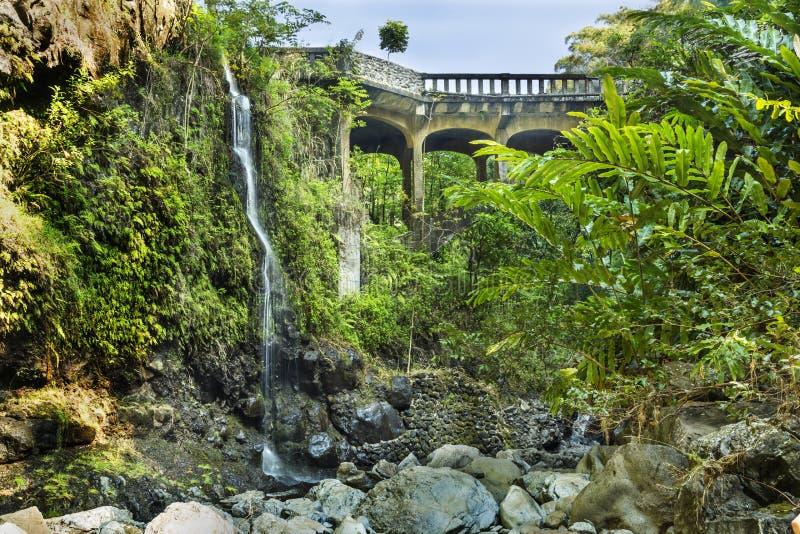 Автодорожный мост Ганы на верхнем Waikuni падает на остров Мауи в боярышнике стоковые изображения rf