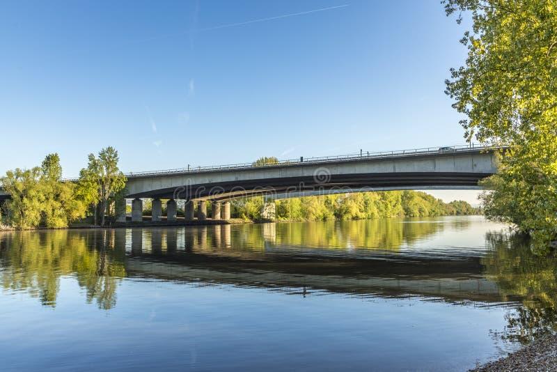 Автодорожный мост на Raunheim пересекает основу реки стоковое изображение rf