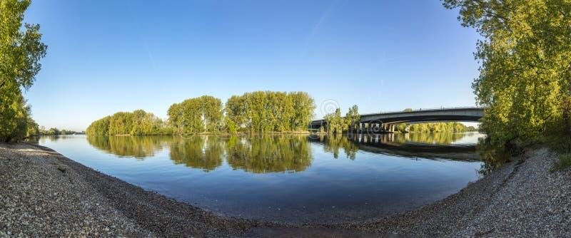 Автодорожный мост на Raunheim пересекает основу реки стоковые фотографии rf