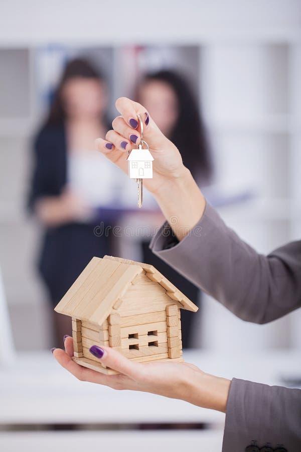 Агент недвижимости давая ключи дома к клиенту стоковые изображения