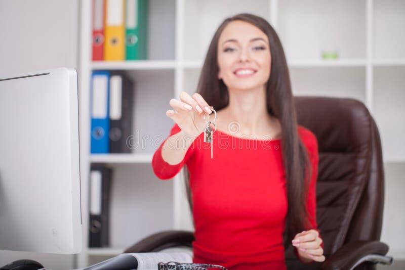 Агент недвижимости давая ключи дома к клиенту стоковые изображения rf