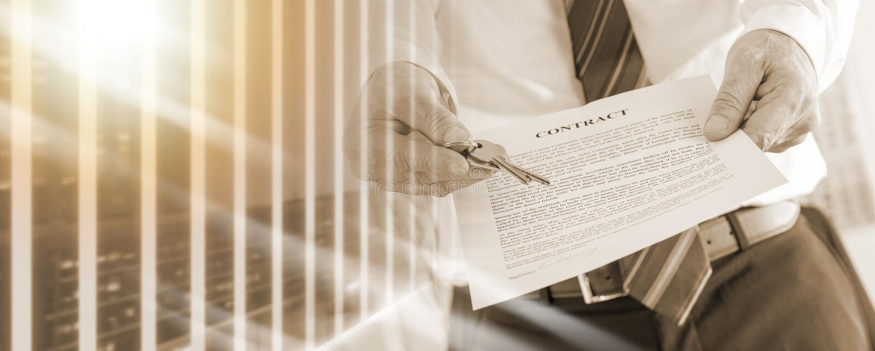 Агент недвижимости давая ключи с контрактом; множественная выдержка стоковые изображения