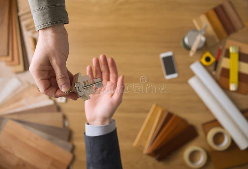 Агент недвижимости давая ключей дома стоковая фотография rf
