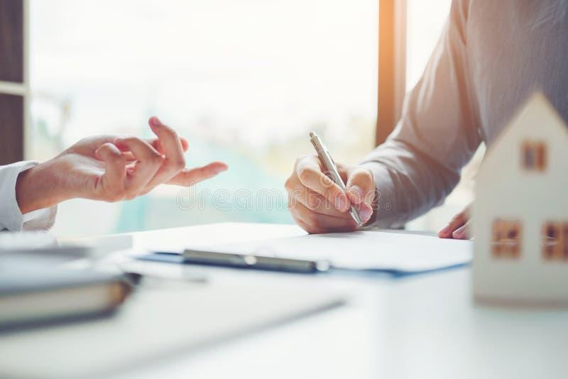 Агент продажи давая дом контракту согласования клиента и знака, стоковые изображения rf