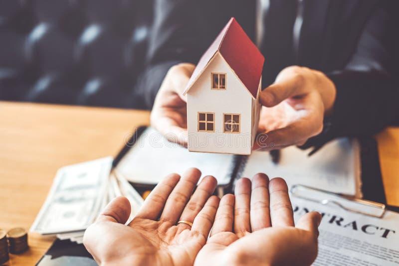 Агент продажи давая дом общаться клиента и согласованию c знака стоковое фото rf