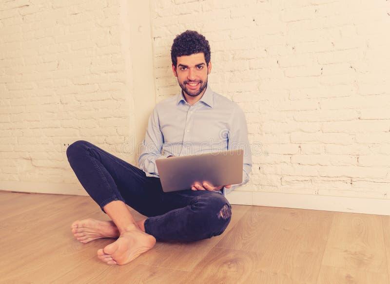 Агент реального состояния или человек звероловства дома на ноутбуке ища интернет нового вклада свойства стоковое изображение rf