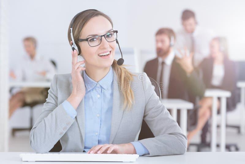 Агент центра телефонного обслуживания на ее столе стоковое фото rf