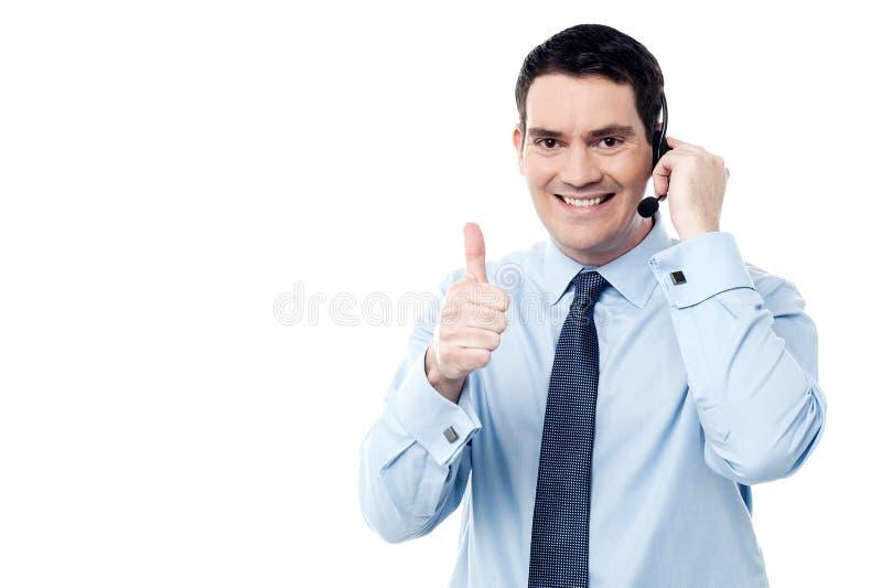 Агент центра телефонного обслуживания показывая большой палец руки вверх стоковое фото rf