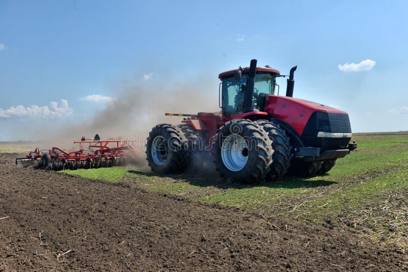 Аграрная машина культивирует землю стоковые фотографии rf