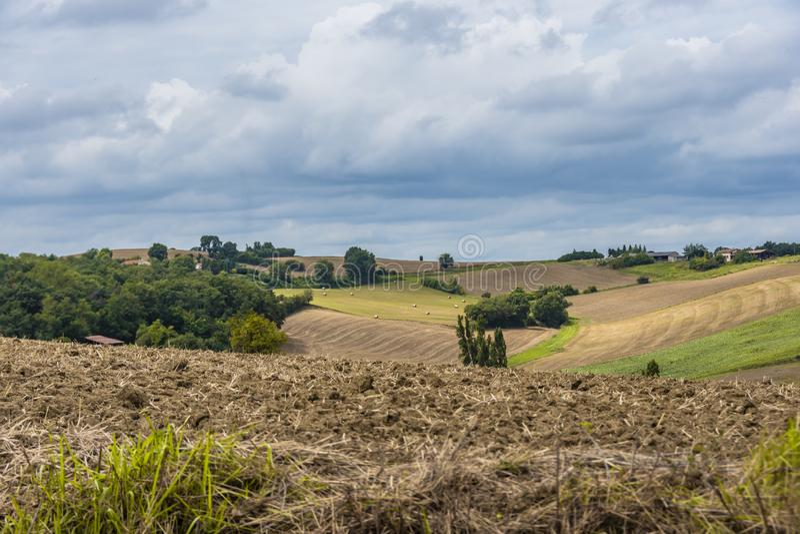 Аграрный ландшафт с вспаханными полями Атлантические Пиренеи Франция стоковое изображение