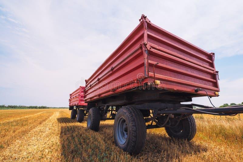 Аграрный прицеп для трактора стоковое фото rf