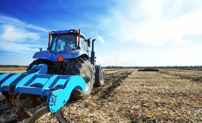 Аграрный трактор в поле стоковое изображение