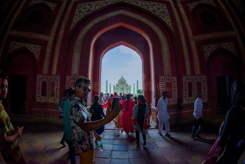 Агра, Индия - 20-ое сентября 2017: Толпа людей идя через огромную дверь с Тадж-Махалом в horizont, стоковые фото