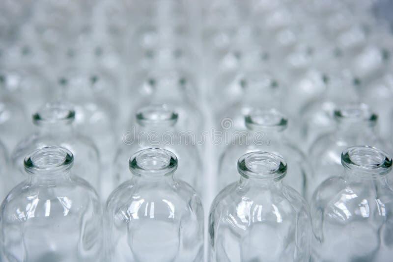 агрегат разливает пустую стеклянную линию по бутылкам прозрачную стоковое фото