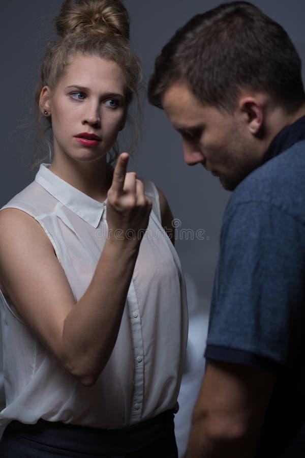 Агрессивная женщина приказывает человека стоковые фотографии rf