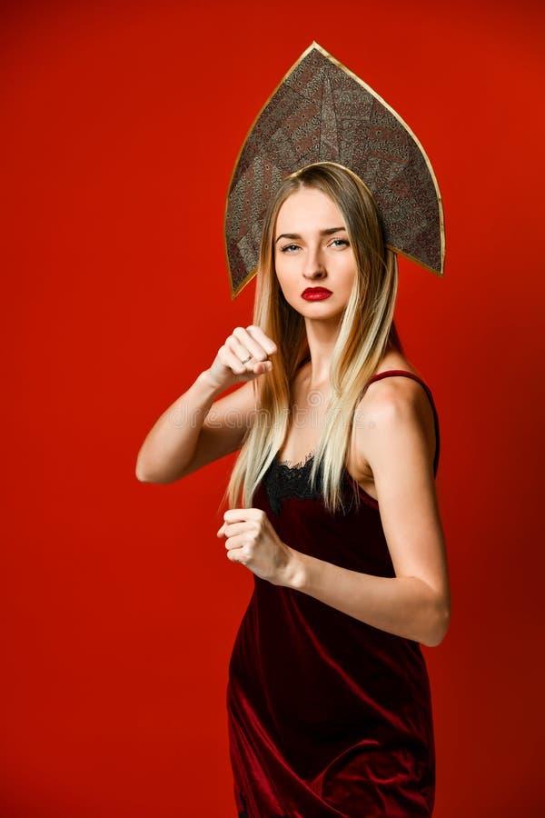 Агрессивный бокс женщины Эмоция выражения и концепция чувств r стоковые изображения rf