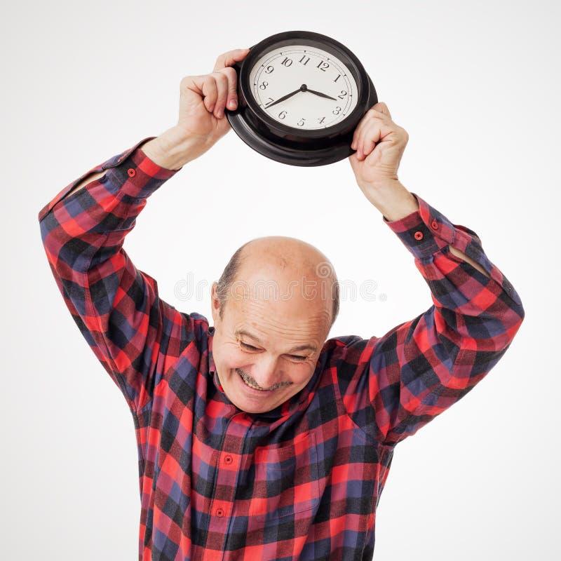Агрессивный человек губит часы стоковое изображение