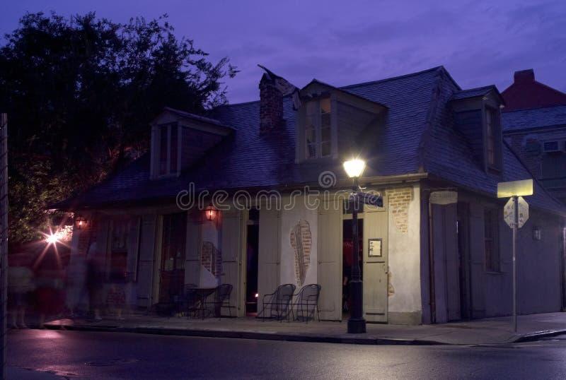 Адвокатура магазина кузнеца Lafitte в Новом Орлеане в вечере стоковые фото