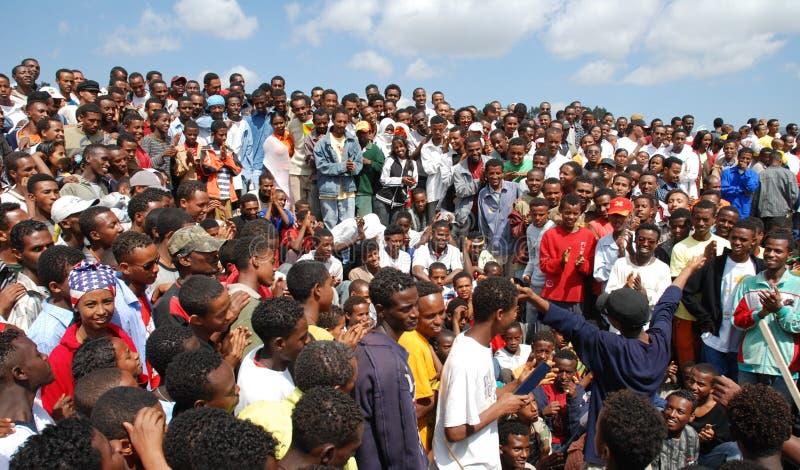 Аддис-Абеба, Эфиопия: Толпа следовать комедийным актером улицы стоковые фотографии rf