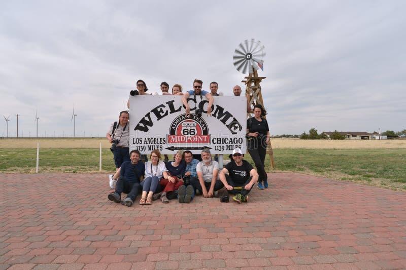 Адриан, Техас, США, 25-ое апреля 2017: Путешественники на средней точке трассы 66, иллюстративной передовице стоковая фотография rf