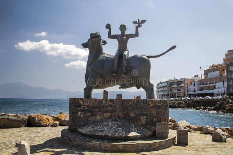 Ажио Nikolaos/Греция - 27-ое сентября 2018: Статуя Европы сидит на быке Скульптура Европы, матери короля Minos стоковое фото
