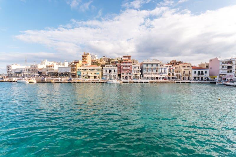 Ажио Nikolaos, Крит - 8-ое ноября 2018: Взгляд города Nikolaos ажио Крит Греция стоковая фотография rf