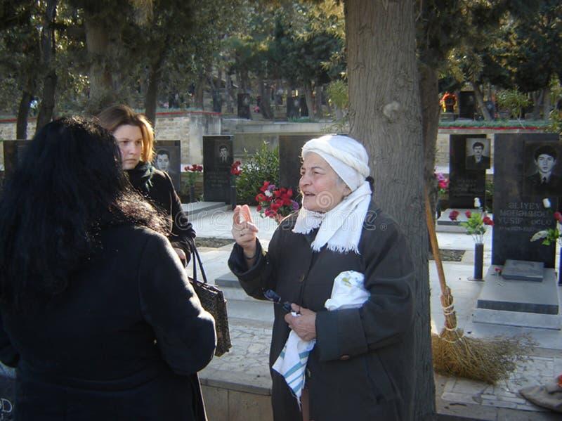 Азербайджан, Баку, 20-ое января 2007 Переулок людей посещая мучеников на годовщине трагедии 20-ое января когда Советская Армия стоковые изображения