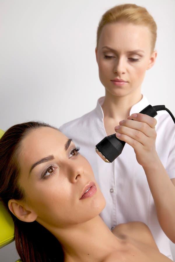 Download лазер получая детенышей женщины терапией Стоковое Фото - изображение насчитывающей лазер, lifestyle: 41652898