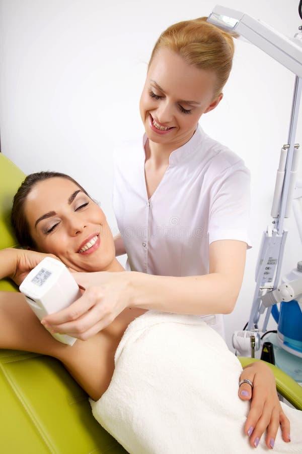Download лазер получая детенышей женщины терапией Стоковое Фото - изображение насчитывающей вниз, косметики: 41652936