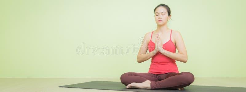 Азиатка делает позу йоги стоковое изображение