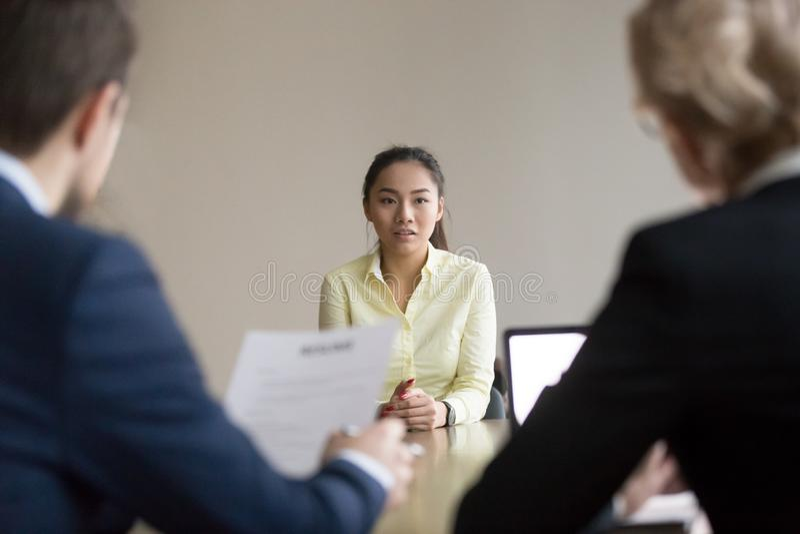 Азиатская беседа заявителя во время интервью с специалистами по набору персонала стоковое фото rf