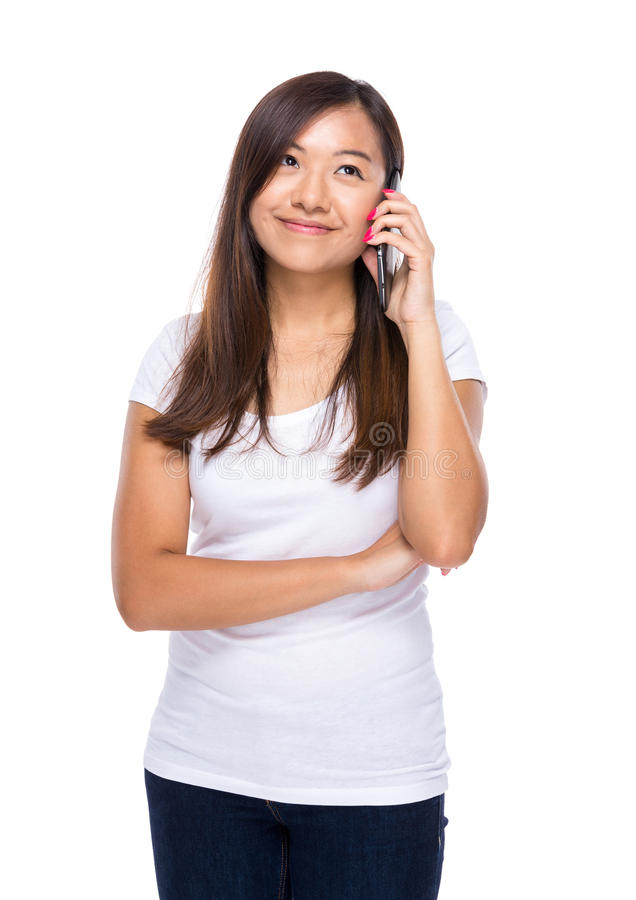 Азиатская беседа женщины к мобильному телефону стоковое изображение rf