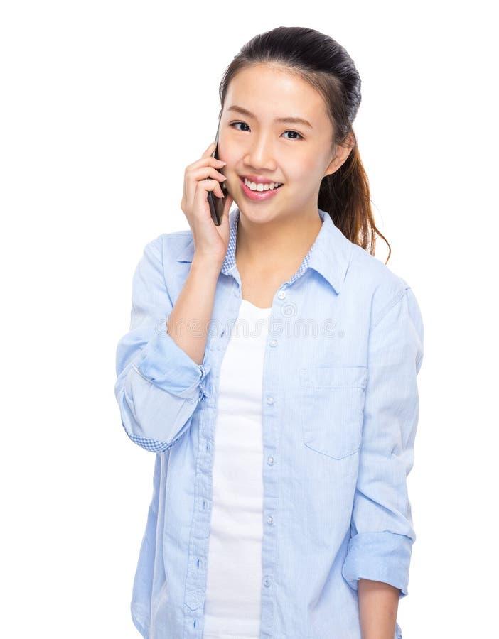Азиатская беседа женщины к мобильному телефону стоковые фото