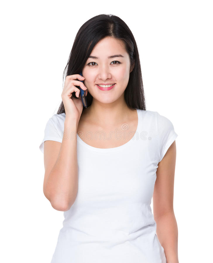 Азиатская беседа женщины к мобильному телефону стоковое изображение