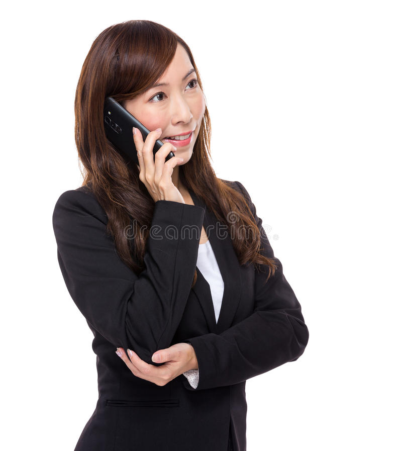 Азиатская беседа коммерсантки к мобильному телефону стоковое изображение