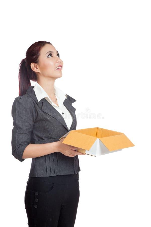 Азиатская бизнес-леди смотрит вверх с открытой коробкой стоковые изображения rf