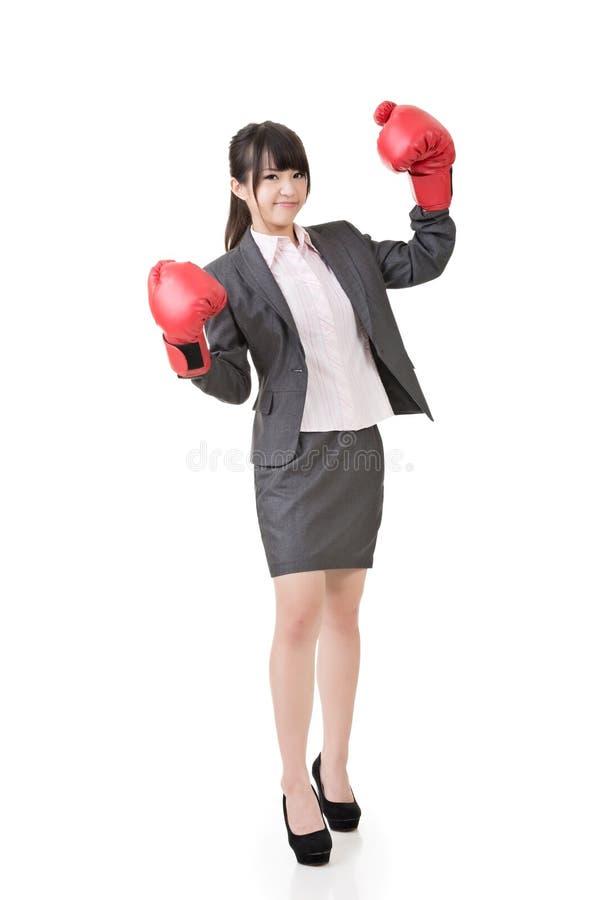 Азиатская бизнес-леди с перчатками бокса стоковая фотография