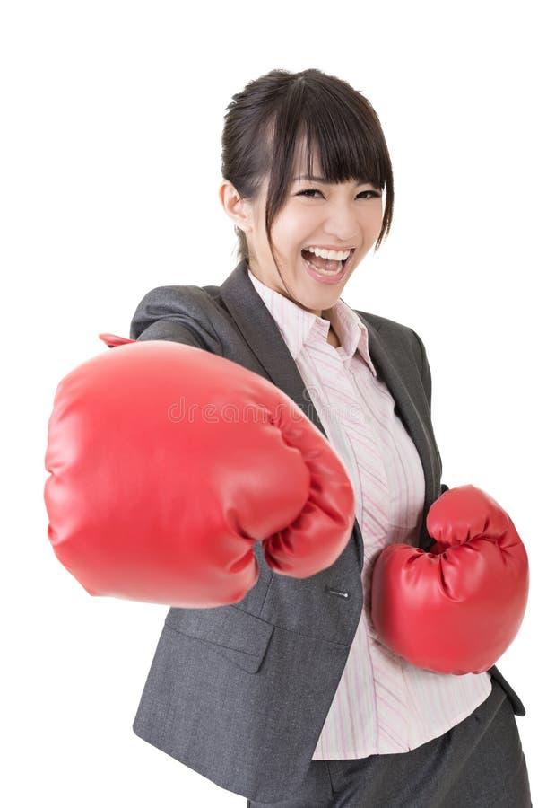 Азиатская бизнес-леди с перчатками бокса стоковые изображения