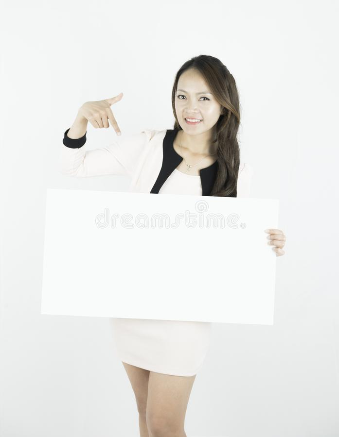 Азиатская бизнес-леди проводя пустой плакат афиши и показывая свой пустой экземпляр-космос на белой предпосылке стоковые изображения rf