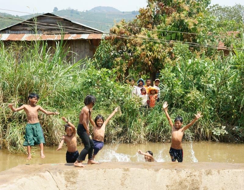 Азиатская ванна детей в реке стоковое изображение