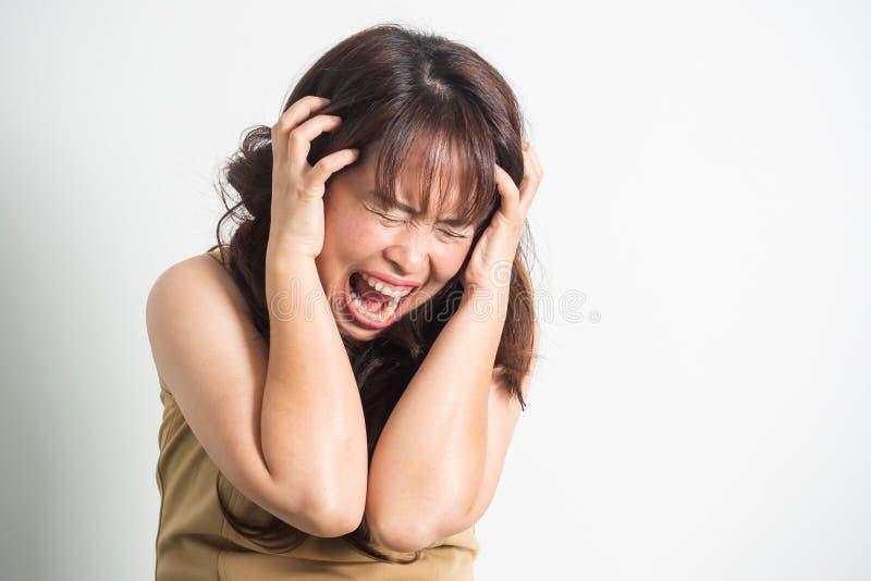 Азиатская взрослая женщина кричащая Портрет на белой предпосылке с d стоковые фотографии rf