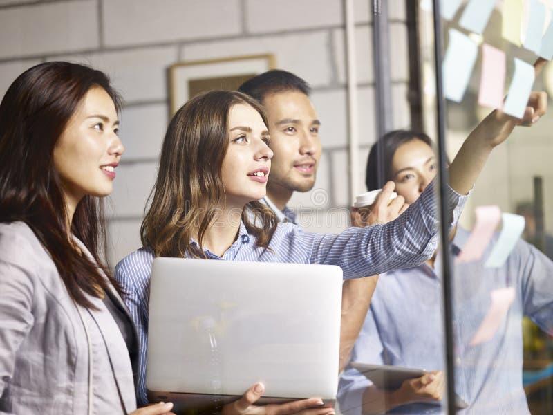 Азиатская встреча команды дела в офисе стоковая фотография