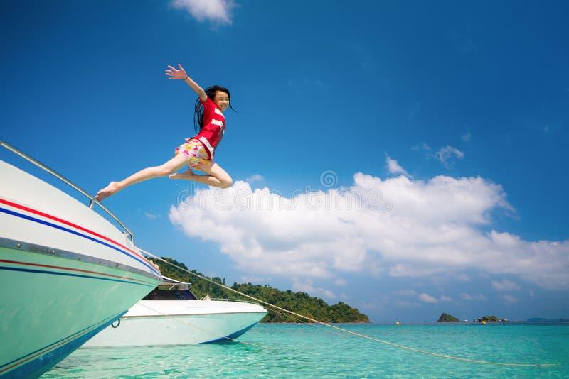 Азиатская дама скачет и летает к перемещению неба море Таиланда стоковое фото