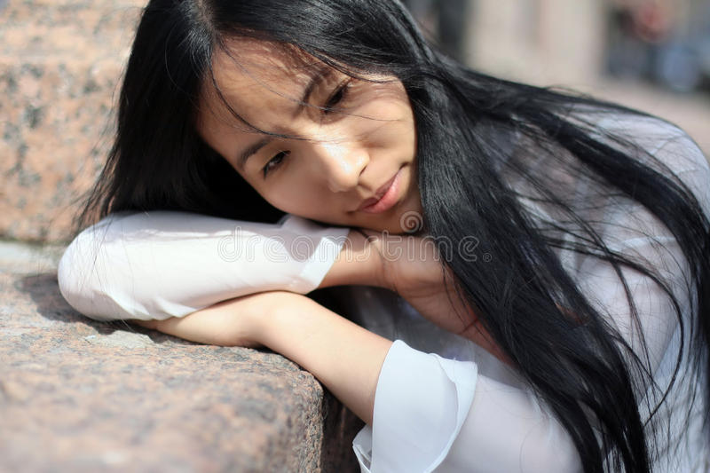 азиатская девушка вручает ее класть стоковое фото rf