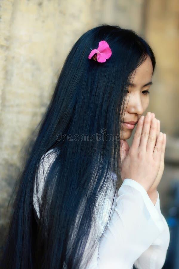 азиатская девушка моля стоковые изображения rf