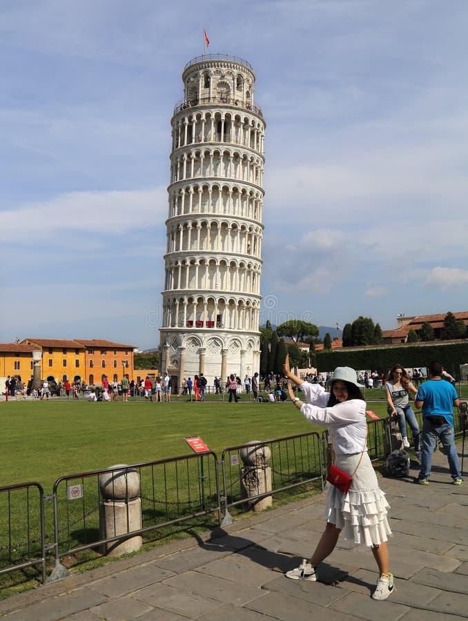 Азиатская девушка нажимая над башней Пизы стоковые фотографии rf